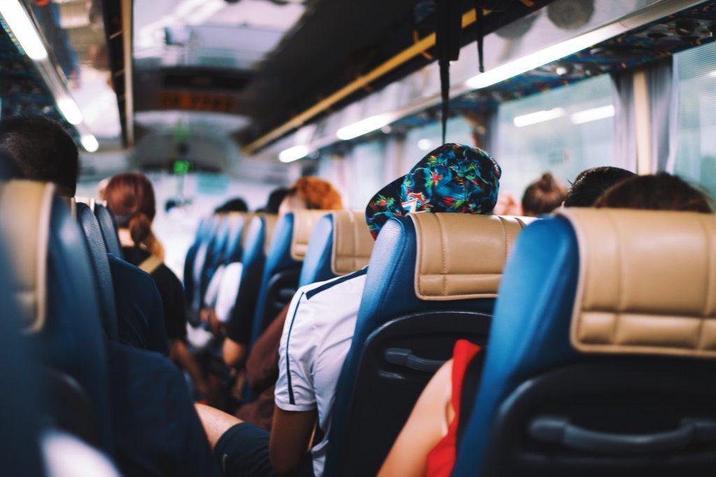 観光バスに乗る人